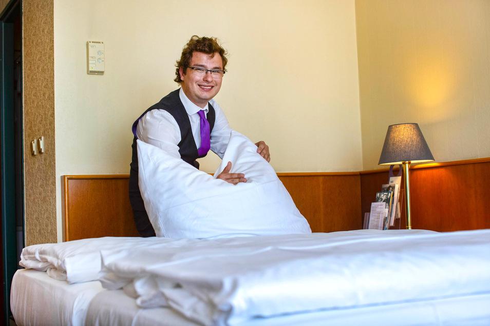 Kevin Naacke bereitet im Mercure in Riesa ein Zimmer vor. Seit Freitag dürfen die Pensionen und Hotels im Landkreis auch für privat Reisende öffnen.