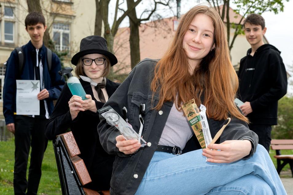 """Niklas Stöcker, Hanna Wagner, Amelie Jähne und Enjo Sturm (v.l.) vom Schiller-Gymnasium Bautzen waren mit ihren Projekten beim Wettbewerb """"Jugend forscht"""" erfolgreich. Der stand in diesem Jahr unter dem Motto """"Lass Zukunft da""""."""