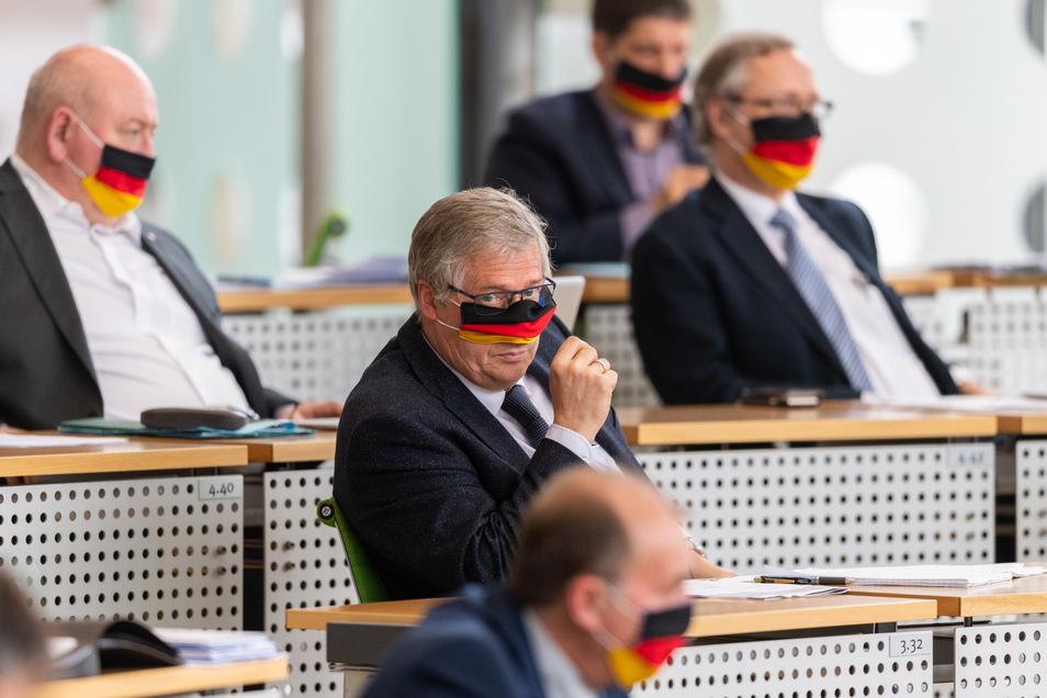Der Landtagsabgeordnete Dietmar Frank Schaufel (AfD, M) trägt wie seine Kollegen einen Mundschutz in den Farben Schwarz-Rot-Gold.