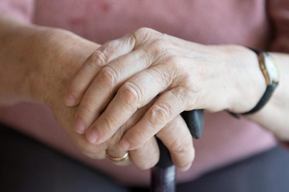Eine Seniorin ist jetzt in Bautzen angegriffen worden. Bei einem Tritt verfehlte der Täter nur knapp ihren Gehstock.