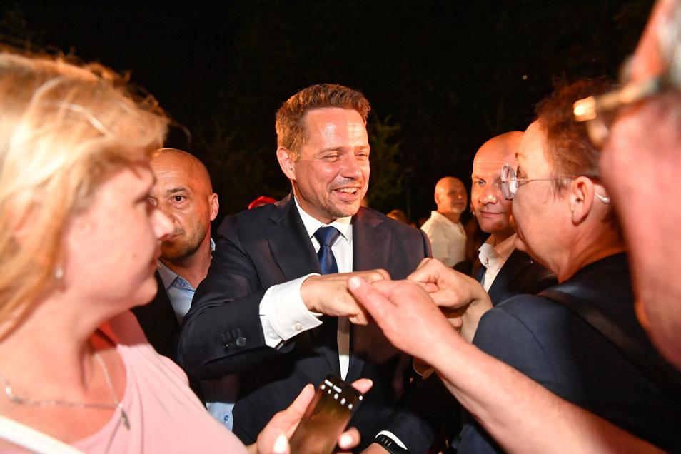 Rafal Trzaskowski (M), Bürgermeister von Warschau und Präsidentschaftskandidat von Polens größtem Oppositionsbündnis, trifft auf Unterstützer.