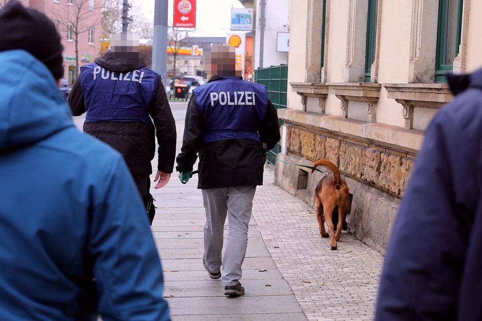 Die Polizei setzte auch einen Spürhund in Dresden-Pieschen ein.