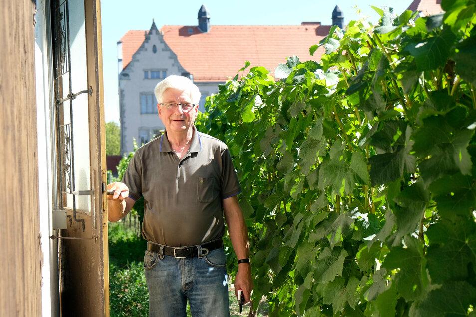 Jürgen Zuschke ist seit 1997 Vorsitzender der Weinbaugemeinschaft Meißen. Auf dem Ratsweinberg in Meißen hat er auf rund 2.300 Quadratmetern Weißburgunder angepflanzt.