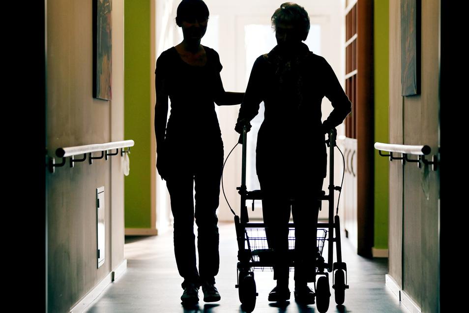 Im Pflegebereich gibt es 50.000 bis 100.000 offene Stellen. Können Fachkräfte aus dem Ausland helfen?