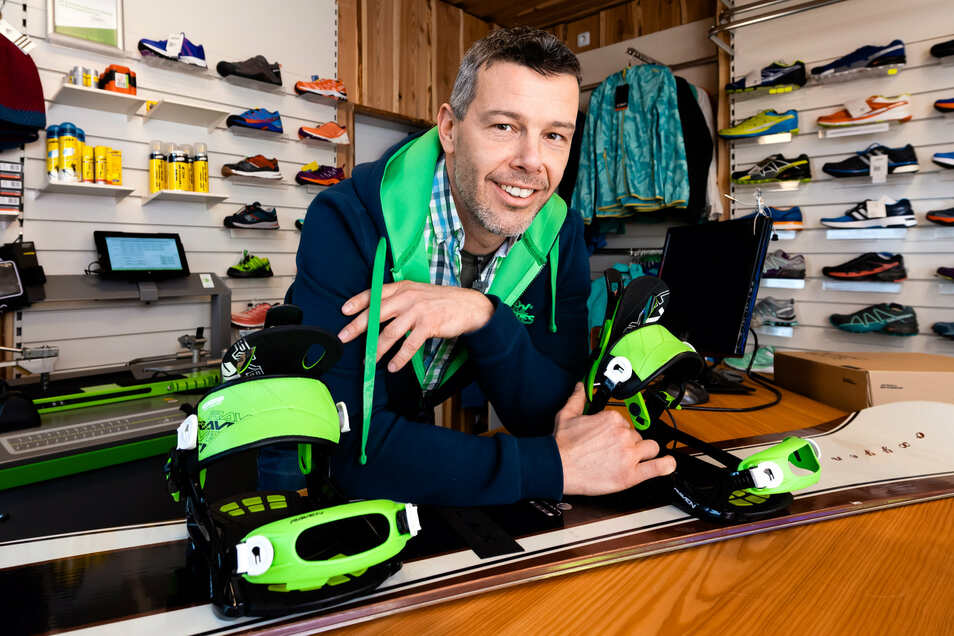 In seinem Geschäft an der Bautzener Straße in Schirgiswalde bietet André Schöne alles, was Lauf- und Wintersportler an Ausrüstung brauchen. Bei der Beratung setzt der Hobbysportler vor allem auf eigene Erfahrungen.