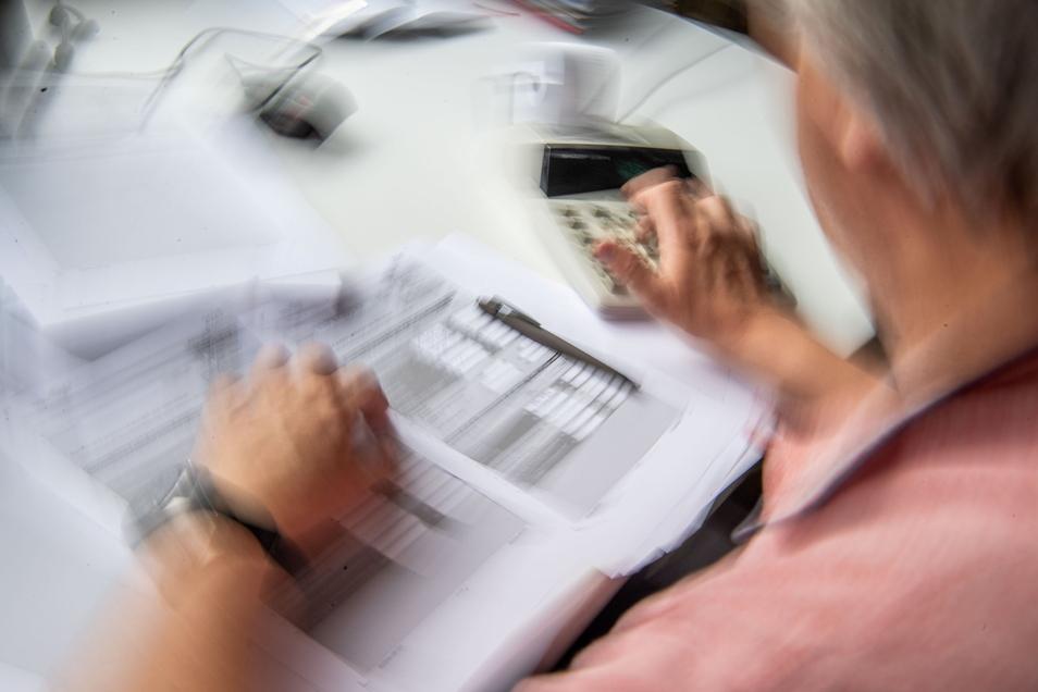 Ein Blick voraus zeigt: Die Rentenbezüge werden vorerst wieder millionenfach steigen.