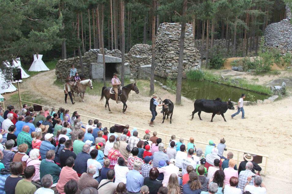 """Alljährlich ziehen die Aufführungen der Spielgemeinschaft """"Gojko  Mitic""""  Tausende Besucher auf die Waldbühne."""
