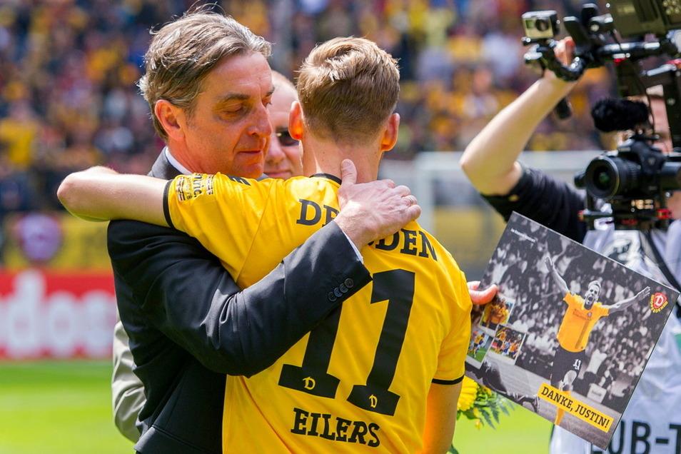 Ende der ersten Zusammenarbeit: Ralf Minge verabschiedete Justin Eilers nach dem letzten Spiel der Saison 2015/16. Nun führen die Wege des Duos in Halle wieder zusammen.