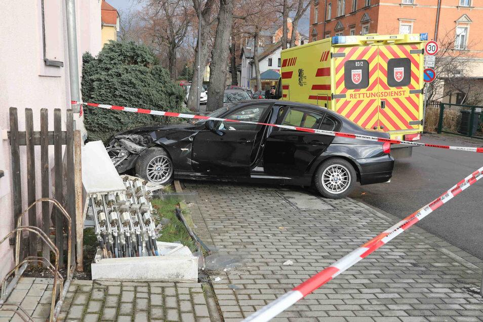 Der BMW fuhr durch den Zaun gegen die Hauswand.