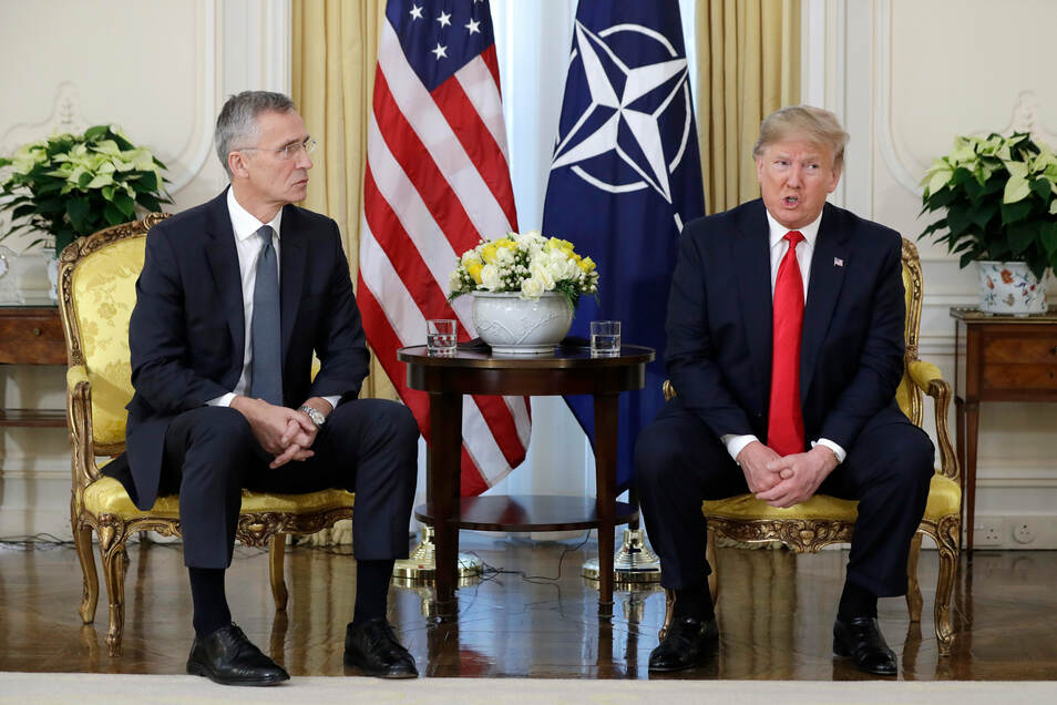 US-Präsident Donald Trump (r) traf am Dienstag NATO-Generalsekretär Jens Stoltenberg im Winfield House in London anlässlich des Nato-Gipfels.