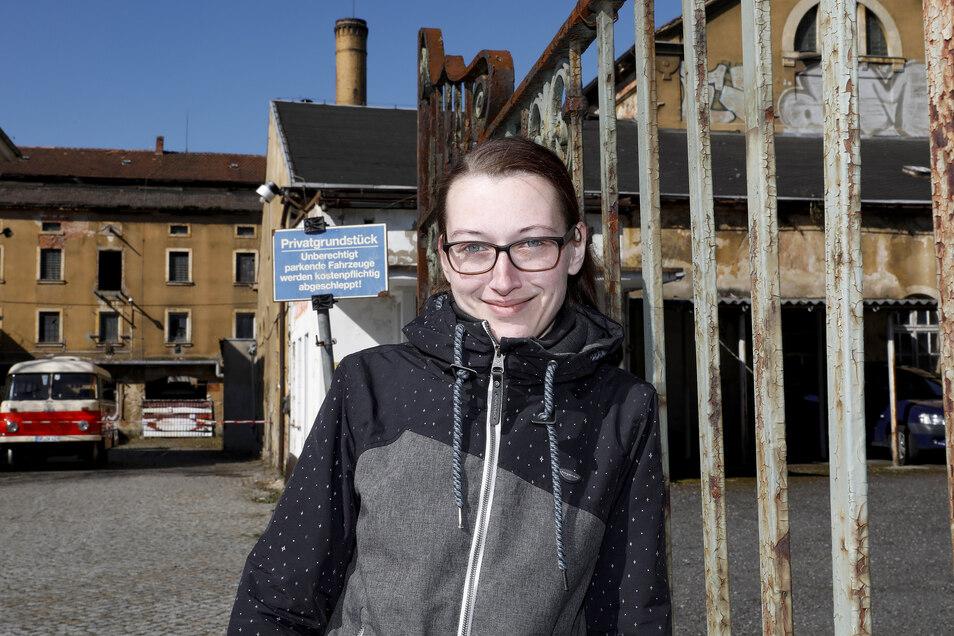 """Doreen Pohl von """"Zeitsprung"""" hat schon einmal das Tor zur alten Zittauer Brauerei geöffnet."""
