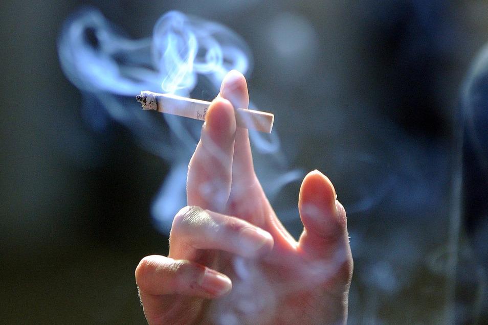 Die Filter von Zigaretten bestehen zum Großteil aus Celluloseacetat, einem Kunststoff, der nur sehr langsam biologisch abgebaut wird.