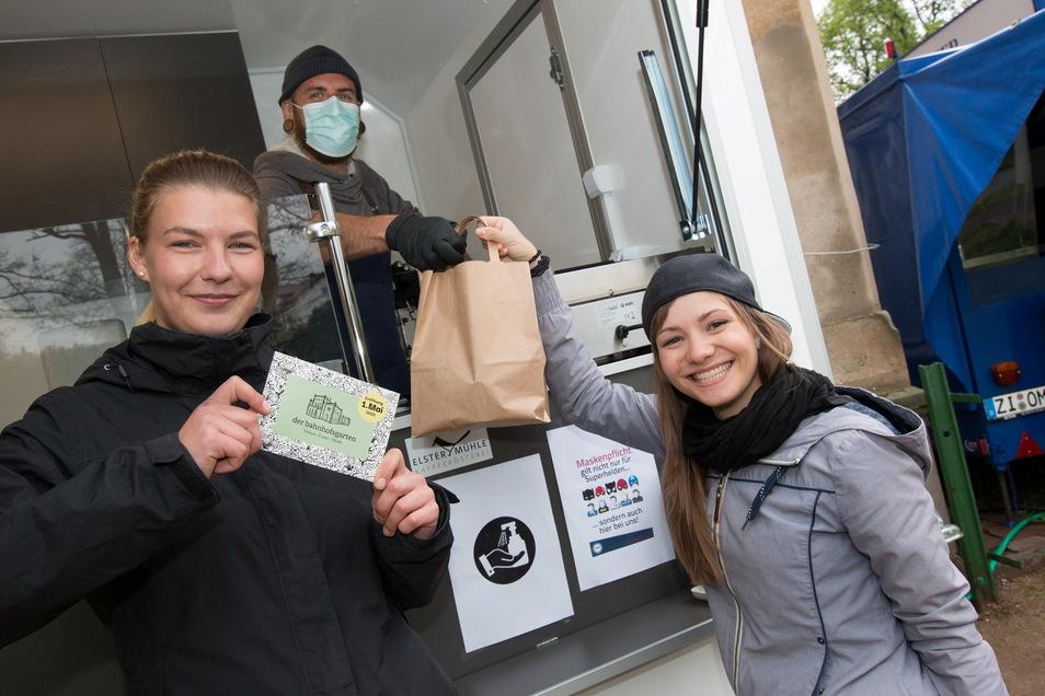 Andreas Schützeneder hat am Bahnhof Leisnig mit Kulinarischem to go seinen Stand aufgemacht. Eva (l.) und Isabell aus Leisnig haben sich hier Wanderproviant geholt.