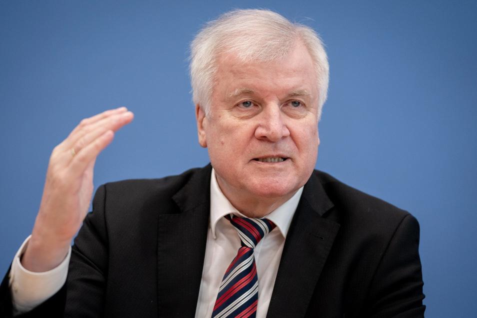 Bundesinnenminister Horst Seehofer (CSU) setzt die Serie von Schlägen gegen Extremisten fort.