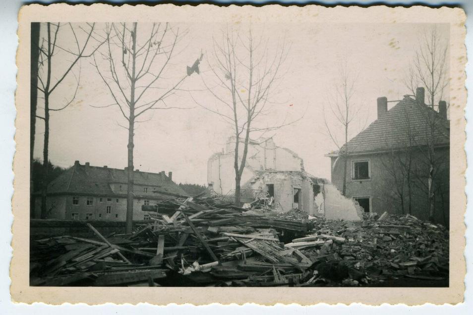 Der Krieg kam vor Marcel Weise in Pirnas Südvorstadt an: Am 15. Februar 1945 zerstörte eine amerikanische Bombe dieses Mietshaus in Weises Straße. Die Lücke klafft bis heute als Parkplatz.