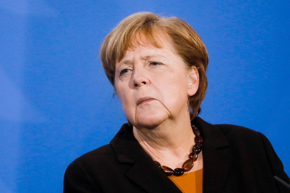 """Aus der Opposition gab es in der emotionalen Bundestagsdebatte scharfe Kritik an der geplanten """"Bundesnotbremse"""", vor allem an den Ausgangssperren. Kanzlerin Merkel will daran festhalten - ohne weitere Änderungen."""