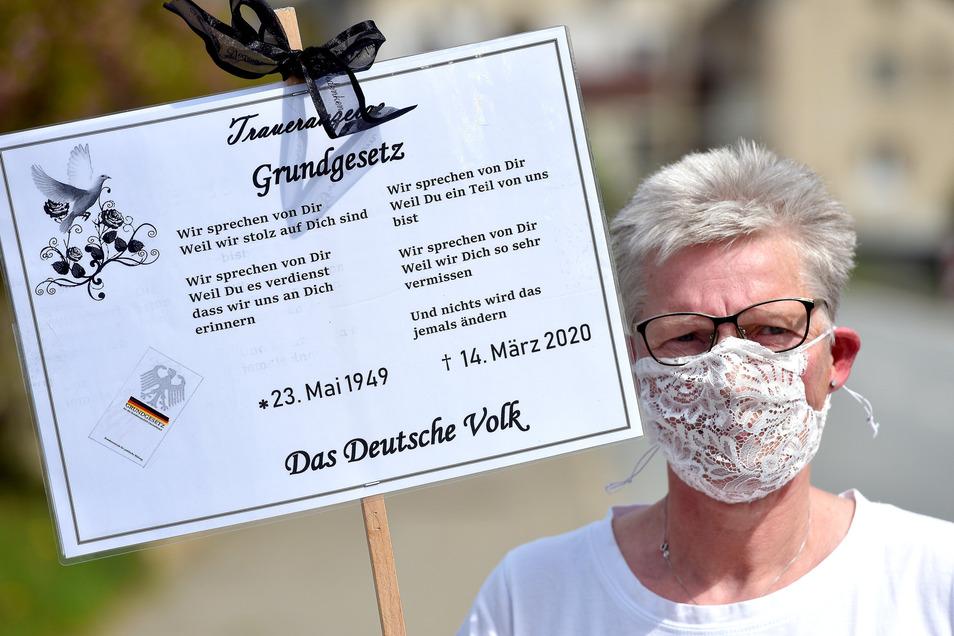 Ute Lorenz ist extra aus Schönau-Berzdorf an die B96 nach Oderwitz gekommen, um zu demonstrieren. Sie sorgt sich um das Grundgesetz und befürchtet eine Impfpflicht.