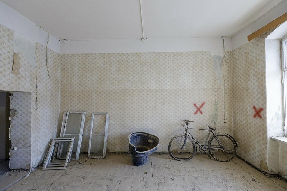 Im Haupthaus waren früher Wohnungen. Irgendwer hat dort ein altes Fahrrad zurückgelassen. Künftig entstehen hier moderne Büros.