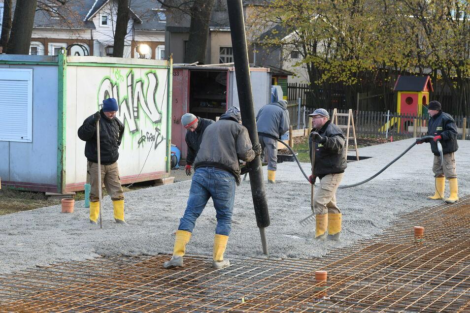 Am Freitag wurde die Bodenplatte für Leutersdorfs neuen Kindergarten gegossen.