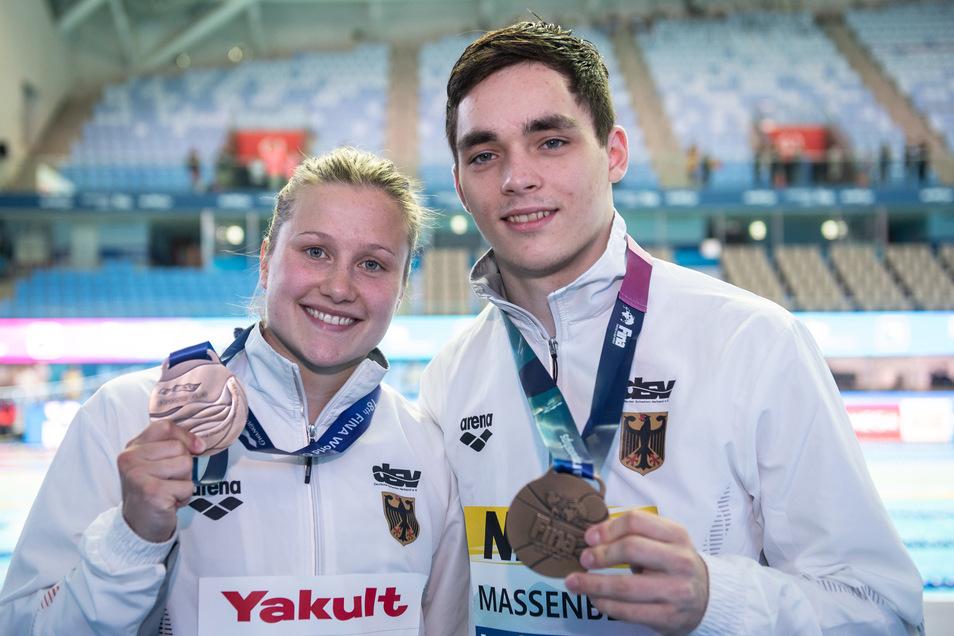 Stolz auf ihre Medaillen: Tina Punzel und Lou Massenberg
