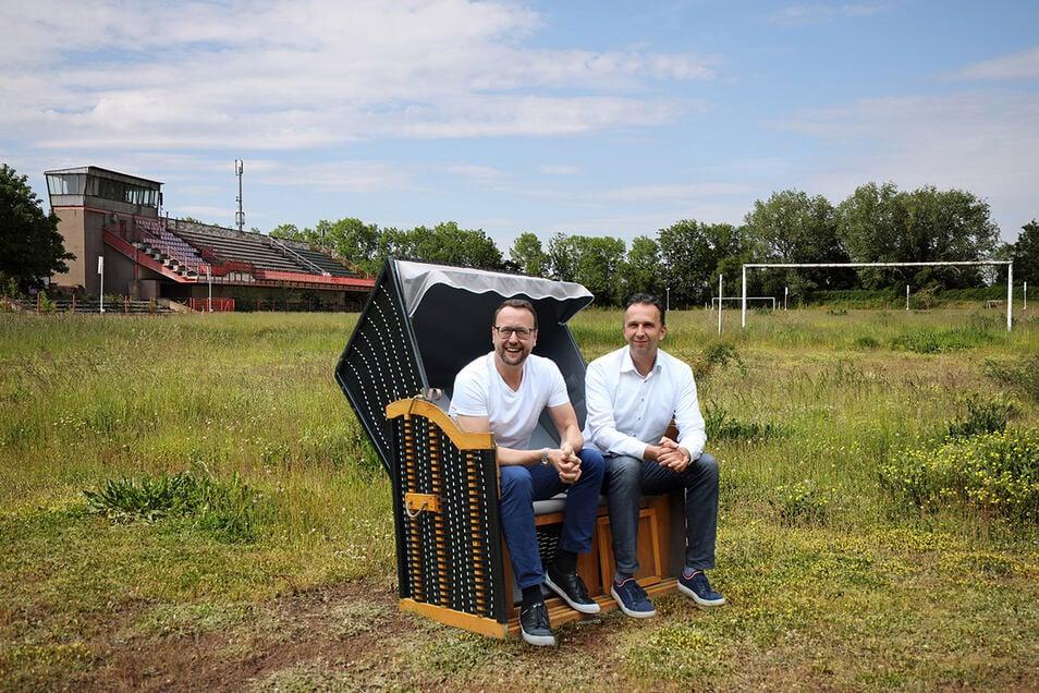 In dieser Fotomontage sitzen FVG-Chef John Jaeschke und Riesas OB Marco Müller bereits mit einem Strandkorb im Ernst-Grube-Stadion. Tatsächlich werden die Strandkörbe für den Kultursommer erst noch aufgestellt.