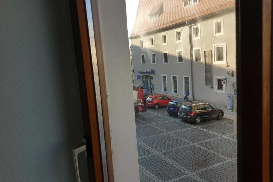 Blick aus dem Redaktionsfenster der SZ: Aus dem Salzhaus dringt Qualm.