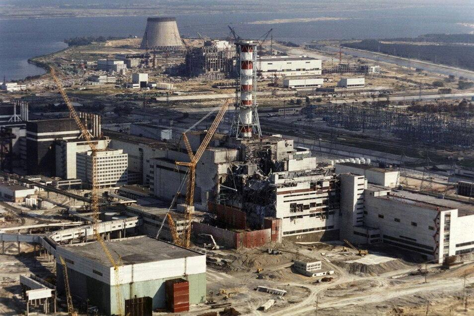 Reparaturarbeiten im Oktober 1986 im explodierten ukrainischen Atomkraftwerk Tschernobyl.