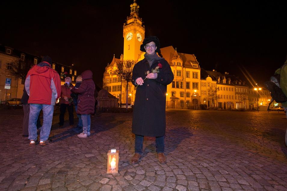 Bei der Kundgebung verteilte René Michael Röder Rosen.