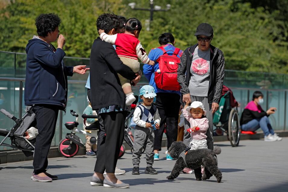 Chinas Bevölkerungswachstum nähert sich der Nulllinie, da weniger Paare Kinder bekommen.