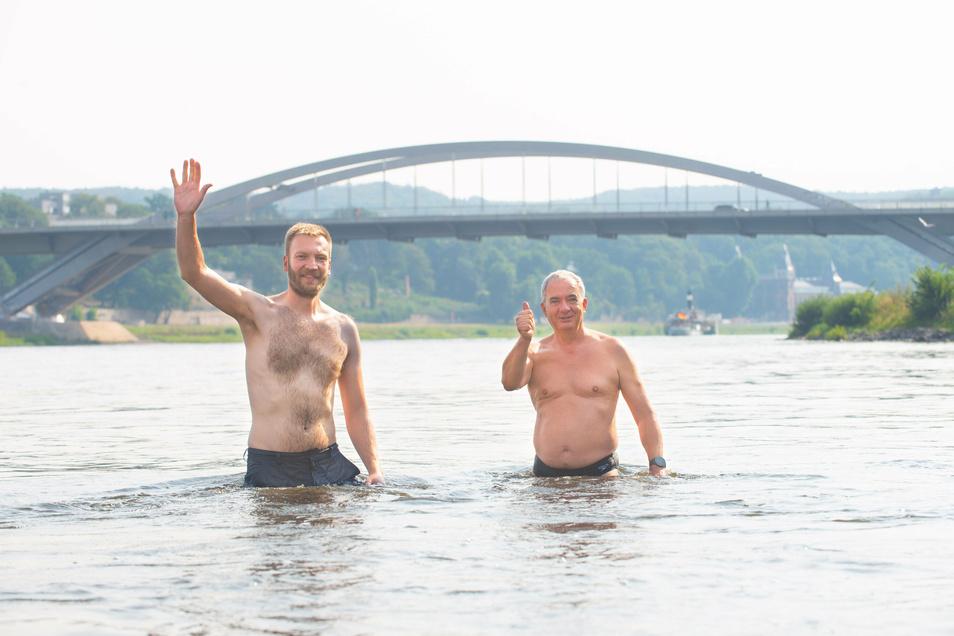 Trotz der starken Strömung sind Chef-Elbeschwimmer Daniel Baumann (l.) und SZ-Redakteur Peter Hilbert gut über die Elbe und wieder zurück ans Johannstädter Ufer gekommen.