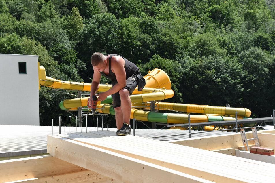 Tom Rauch von der hessischen Firma Rehm montiert die Dachbalken für das Saunahaus.