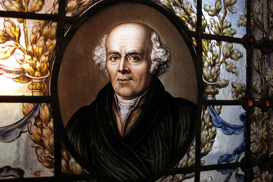 Die längste Zeit seines Lebens verbrachte Samuel Hahnemann in Köthen. Dort steht in der Wallgasse sein Wohnhaus, das besichtigt werden kann. Und das Schloss Köthen zeigt eine Ausstellung zur Homöopathie, in der dieses Glasfenster zu sehen ist.