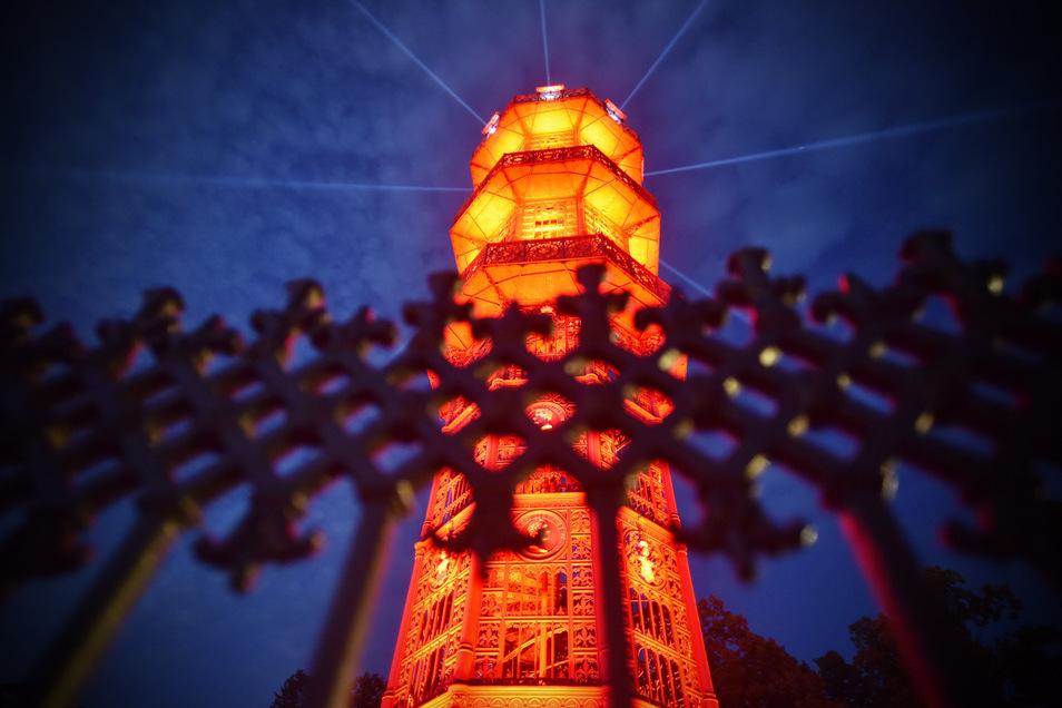 Mitarbeiter der Löbauer Firma Technology for Sound and Light|Veranstaltungstechnik verzauberten gestern Abend den 28 Meter hohen Gusseisernen Turm mit rotem Licht. Die Aktion ist allerdings kein Kunsthappening, sondern ein verzweifeltes Notsignal der Vera