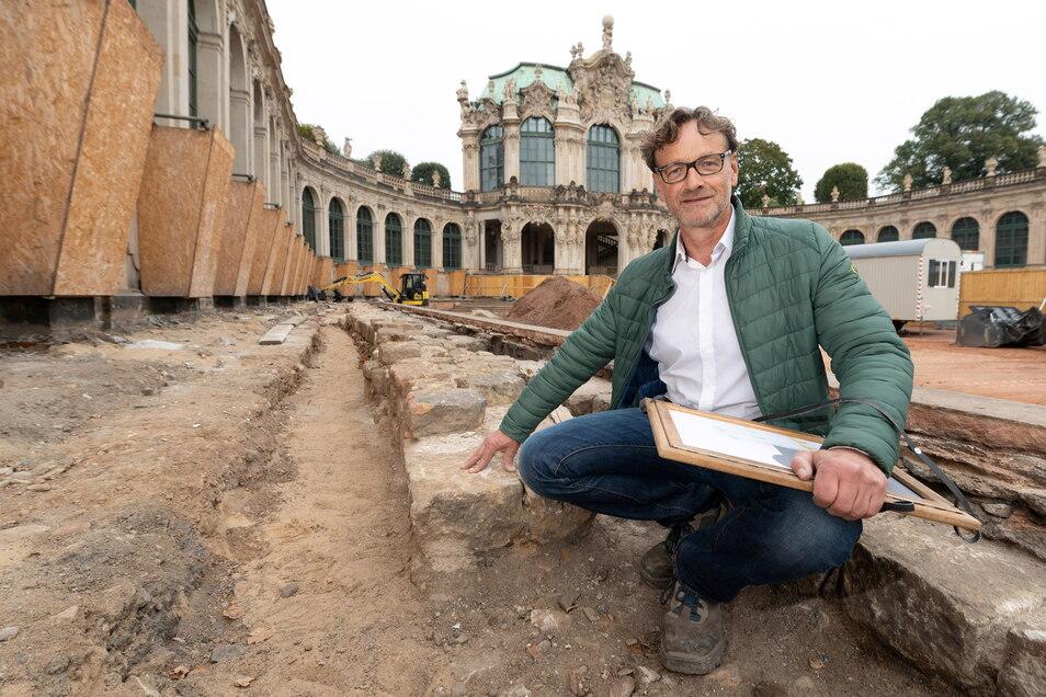 Die Archäologen haben viele alte Anlagen aus der Bauzeit des Zwingers freigelegt. Grabungsleiter Hartmut Olbrich zeigt diese alte Stützmauer von 1709, die noch vom Weg auf der einst offenen Terrasse am Zwingerwall stammt.