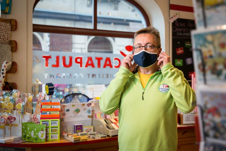 """Hendrik-Dietrich betreibt seinen Laden Catapult auf der Rothenburger Straße. Nur 15 Kunden dürfen gleichzeitig hinein, finden dort aber sein aktuelles Angebot, die """"Corona-Schluck-Impfung""""."""