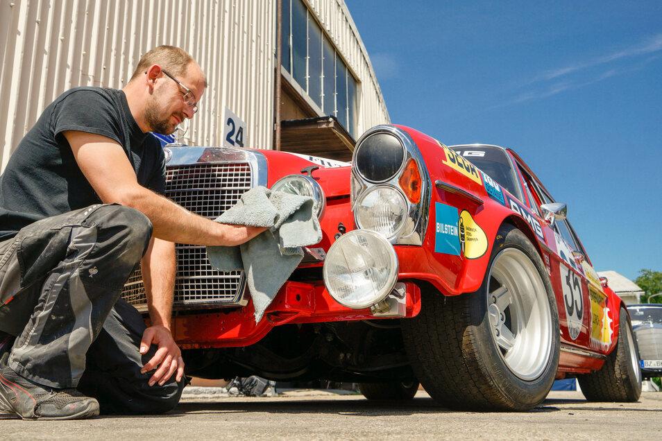 Bis zu zwei Jahre dauert es, um so einen Mercedes von Grund auf neu aufzubauen. In einer Werkstatt in Bischofswerda arbeiten die Spezialisten dafür, wie Roberto, der das Schmuckstück auf Hochglanz poliert.