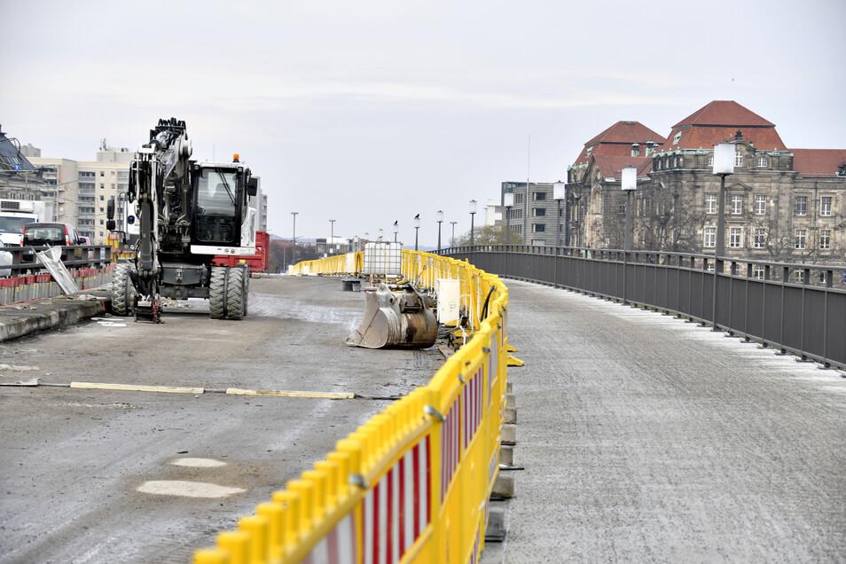 Neben dem fertiggestellten Fußweg auf der Carolabrücke wird derzeit noch die Stahlbetonkappe am linken Fahrbahnrand abgebrochen.