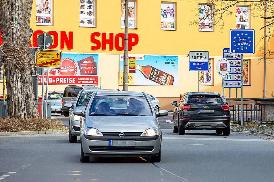 In den tschechischen Grenzorten rollt der Verkehr oft zur ausgedehnten Shoppingtour. Ein Preisvergleich lohnt sich aber auf jeden Fall, denn auch in Tschechien sind sie zum Teil gestiegen.