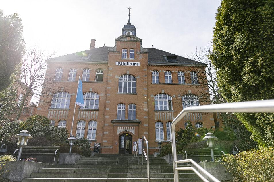 Das Städtische Klinikum Görlitz hat im Moment einen bestätigten Corona-Fall auf Station, dazu drei Verdachtsfälle, wo das Ergebnis noch aussteht.