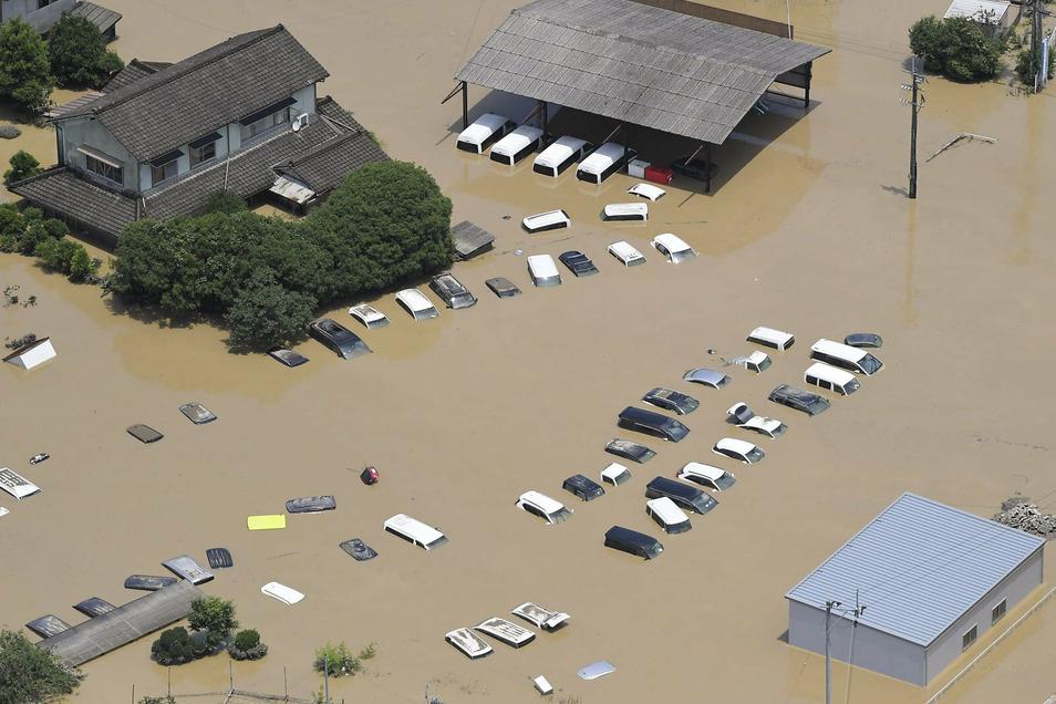 Überschwemmte Gebiete Hitoyoshi nach starkem Regen in Japan.