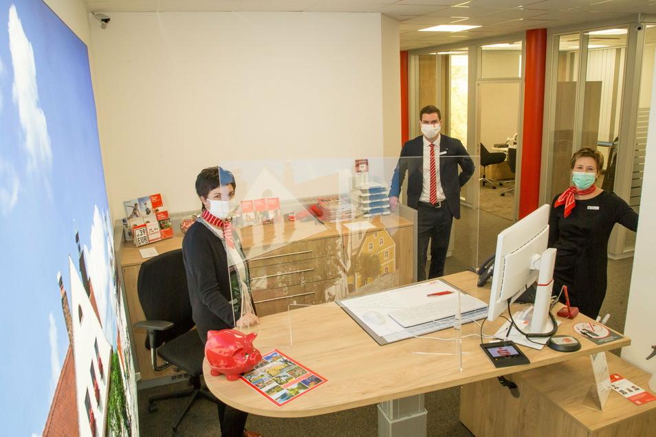 Filialleiterin Peggy Wünsche (rechts) steht mit ihren Mitarbeitern Marlies Lehmann, Niklas Kreutel und Janett Günzel (nicht im Bild) wieder für Finanzdienstleistungen bereit.