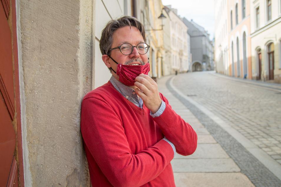 Der Kunsthistoriker Marius Winzeler leitet die Abteilung Alte Meister der Prager Nationalgalerie und pendelt nach Görlitz. In Tschechien herrscht seit Anfang März Mundschutzpflicht.