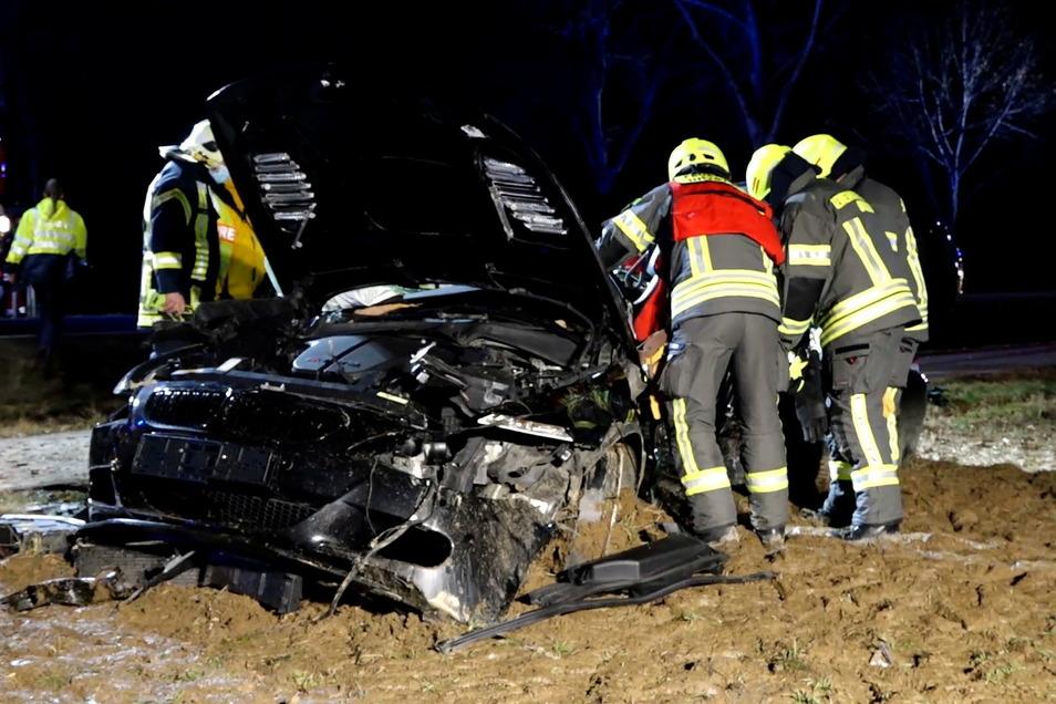 Der Mann wurde in seinem BMW M6 eingeklemmt und musste von der Feuerwehr befreit werden.