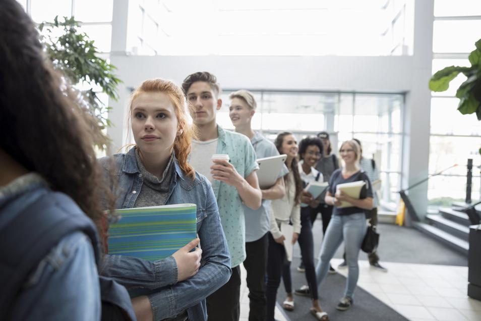 Schlange stehen. Die Wohnheimplätze sind längst vergeben, dann bleiben nur noch Mietwohnungen. In Sachsen ist es zwar schwierig, reinweg chaotisch ist die Suche einer bezahlbaren Studentenbude jedoch in München, Stuttgart und Hamburg.