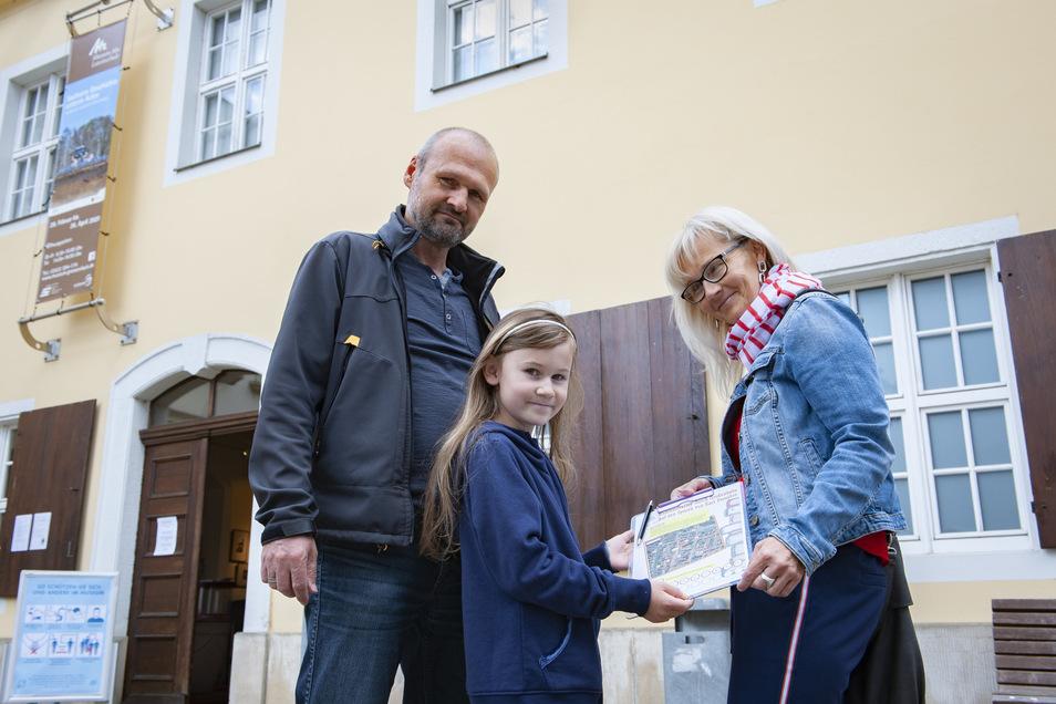 Lina startet mit ihren Eltern Kathleen und Holger Raschke vom Museum aus die Preusker-Rallye.