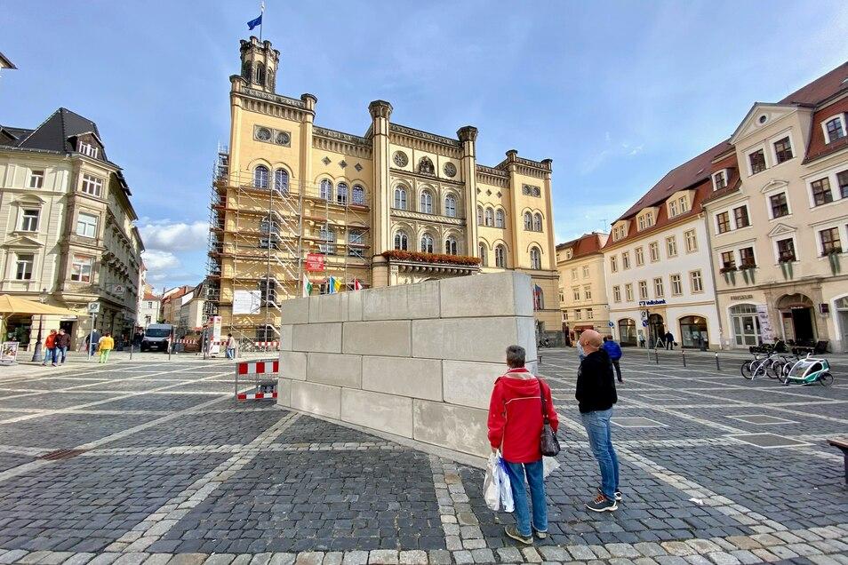 Die Mauer steht mitten auf dem Zittauer Markplatz.