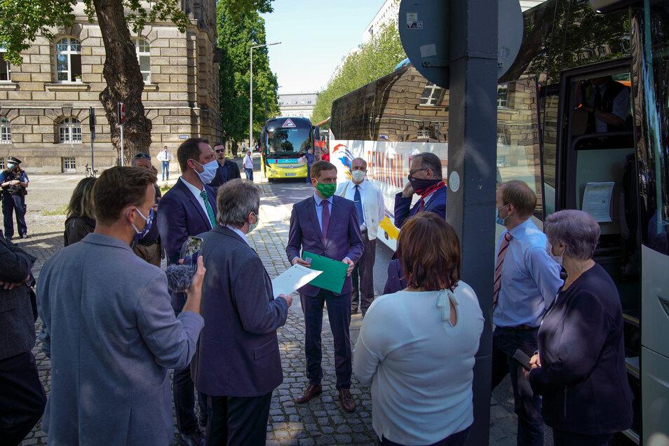 Im Gespräch mit den Busfahrern versprach Ministerpräsident Kretschmer, ihre Sorgen gleich im Anschluss in einer Konferenz mit seinen Ministerpräsidenten-Kollegen anzusprechen.