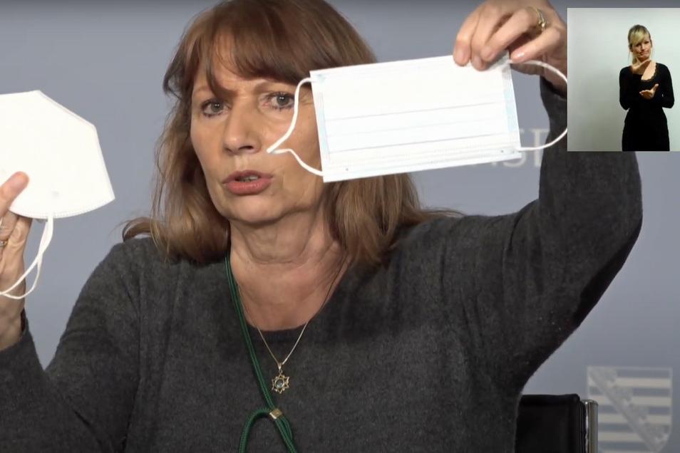 Gesundheitsministerin Petra Köpping (SPD) zeigt die verschiedenen Arten von medizinischen Masken.