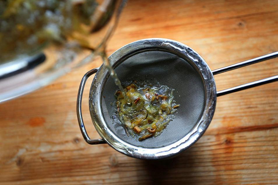 Wie viel Blätter, wie viel Wasser? Jeder bereitet seinen Tee etwas anders zu. Das macht die wissenschaftliche Untersuchung schwierig.