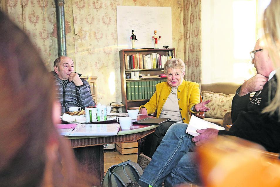 Marianne von Wolffersdorff (Mitte) lädt regelmäßig zu Gesprächsrunden mit Vertriebenen ein, hier Ende 2017.